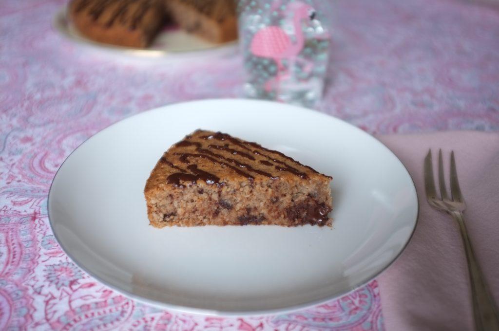 On apperçoit les gros éclat de chocolat dans la pâte sans gluten du gâteau châtaigne, coco et chocolat