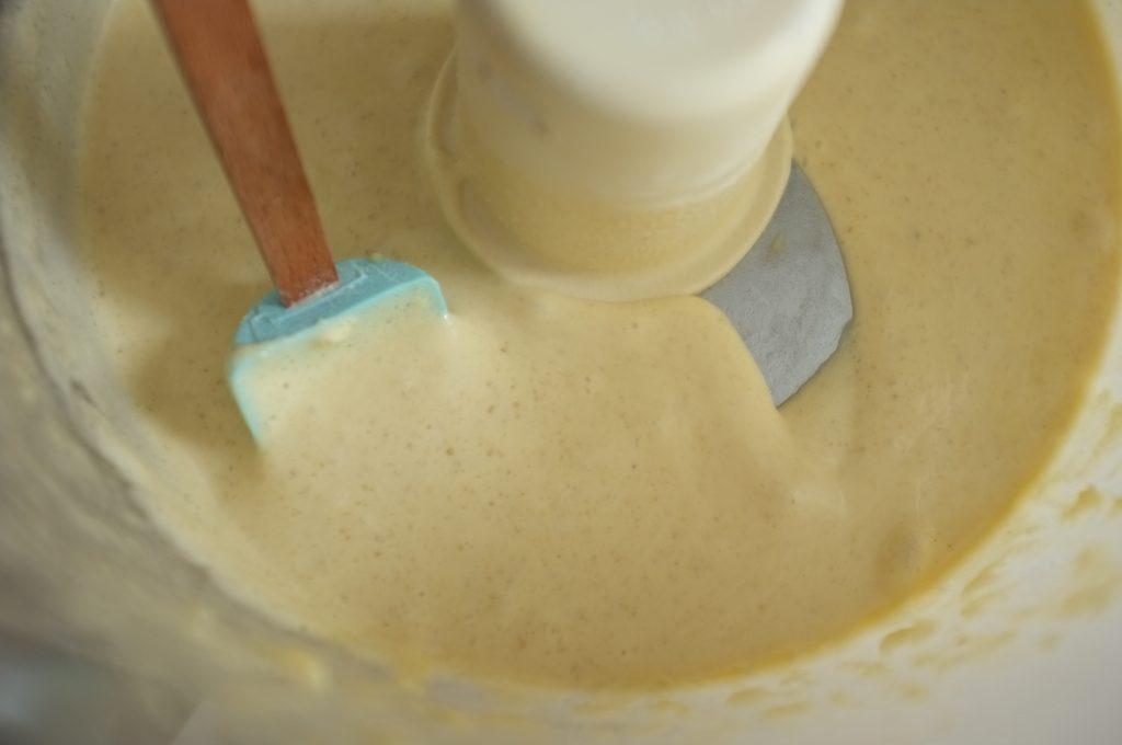 La pâte sans gluten du roulé à la fraise est très liquide.