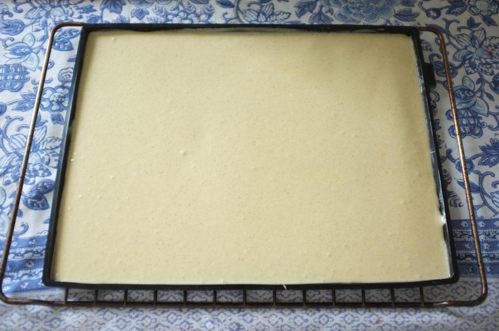 La pâte sans gluten pour le roulé à la fraise avant d'être enfourné