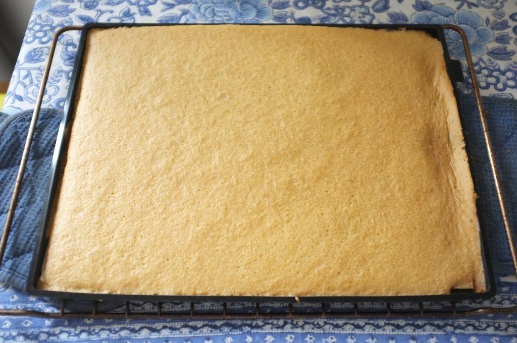 Le gâteau sans gluten pour le roulé à la fraise, à la sortie du four, juste doré, tendre au touché.