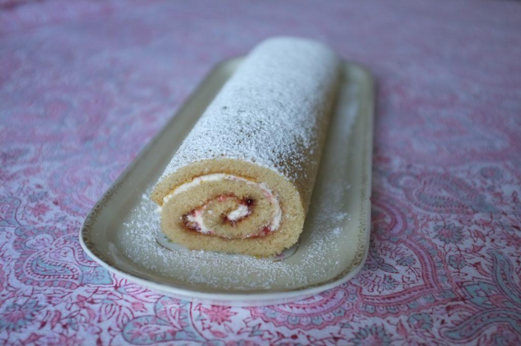 Le gâteau sans gluten roulé à la fraise.