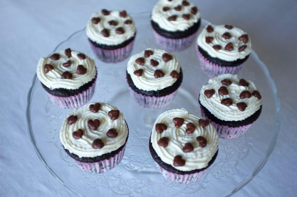 Les cupcakes sans gluten décorés de crème fouettée sans lactose