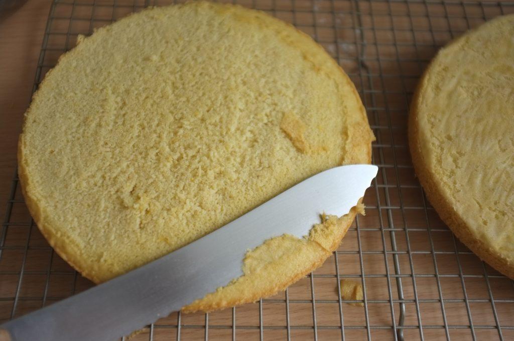 Le dessus des gâteaux est légèrement coupé pour laisser apparaitre la tendre génoise sans gluten