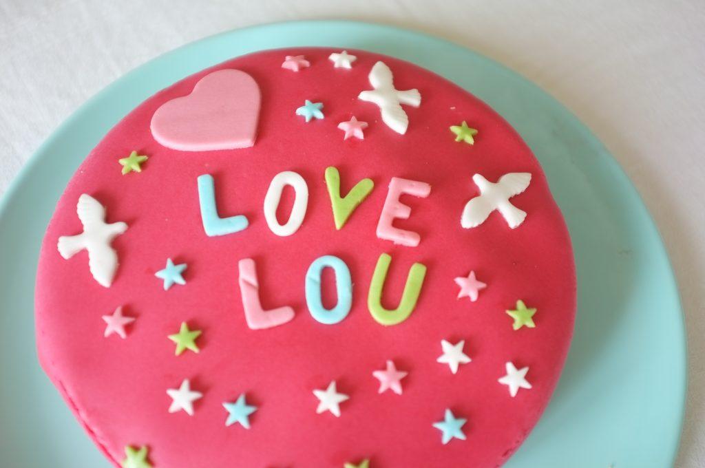 Voilà le gâteau sans gluten de Lou ! à la fraise et à la pâte à sucre...