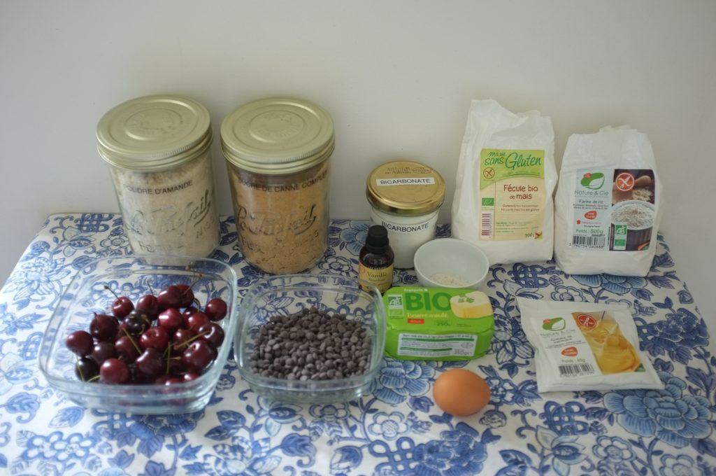 Les ingrédients sans gluten du gâteau cerise et chocolat