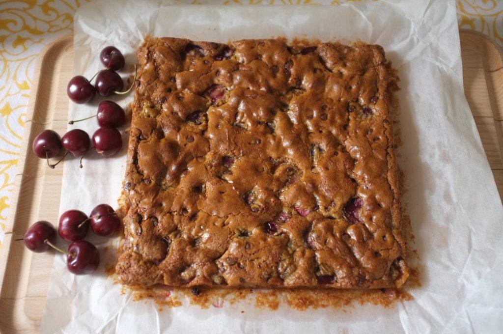 le gâteau sans gluten cerise et chocolat prêt pour le pique-nique.