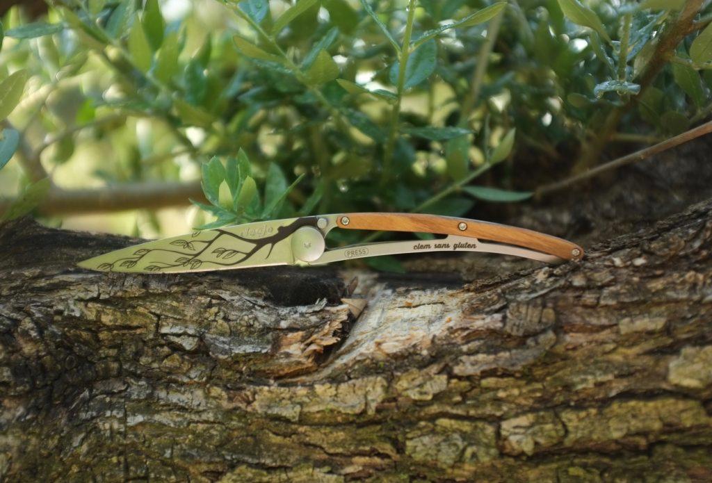 Mon couteau Deejo, auv son manche en bois d'olivier...dans nos oliviers de Provence.