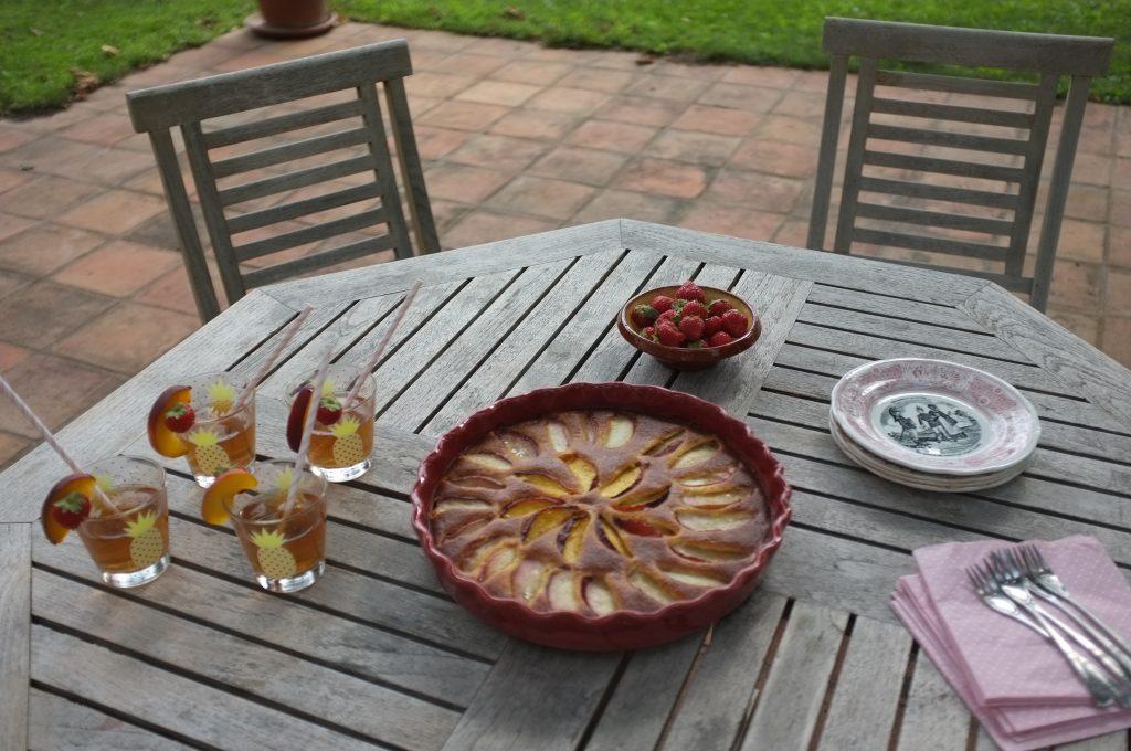 Notre table sans gluten  pour le goûter avec le gâteau amande et brugnon accompagné d'une tisane ( pour éviter la théine) à la pêche et de quelques fraises locales.
