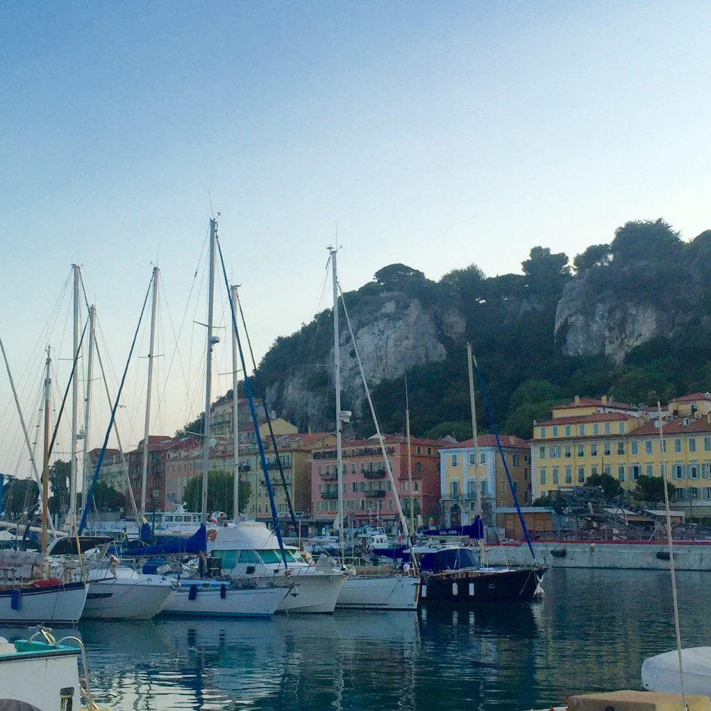 La vue du vieux port de Nice et les immeubles aux fabuleuses couleurs ocres.