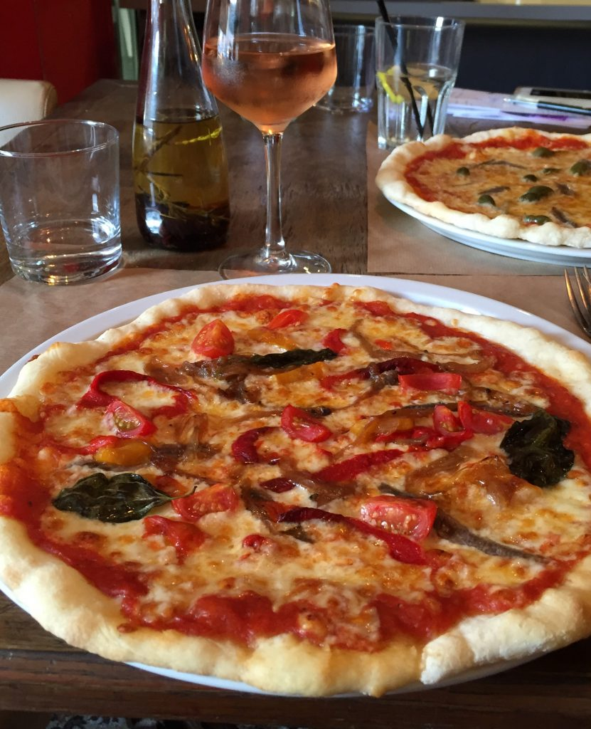notre table, voici la pizza sans gluten Niçoise de mon mari.