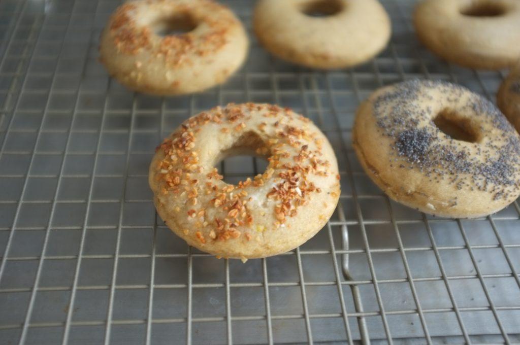 Je laisse refroidir mes bagels sans gluten sur une grille, ici la première fournée pendant que la second cuit...