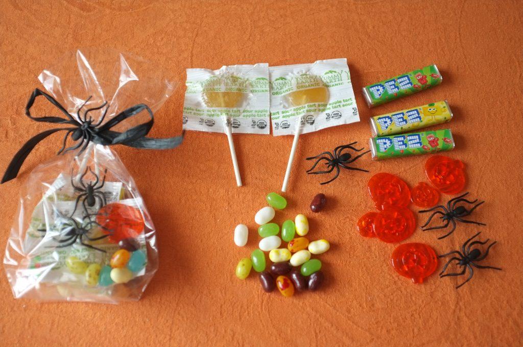 la composition des sachets pour les ados: des sucettes acidulées, des Jelly Belly aux goût acidulés avec quelques beans aux goûts bizarres chachés dedans , des tubes Pez aux parfums pomme verte et citron, quelques citrouilles et araignés en plastiques