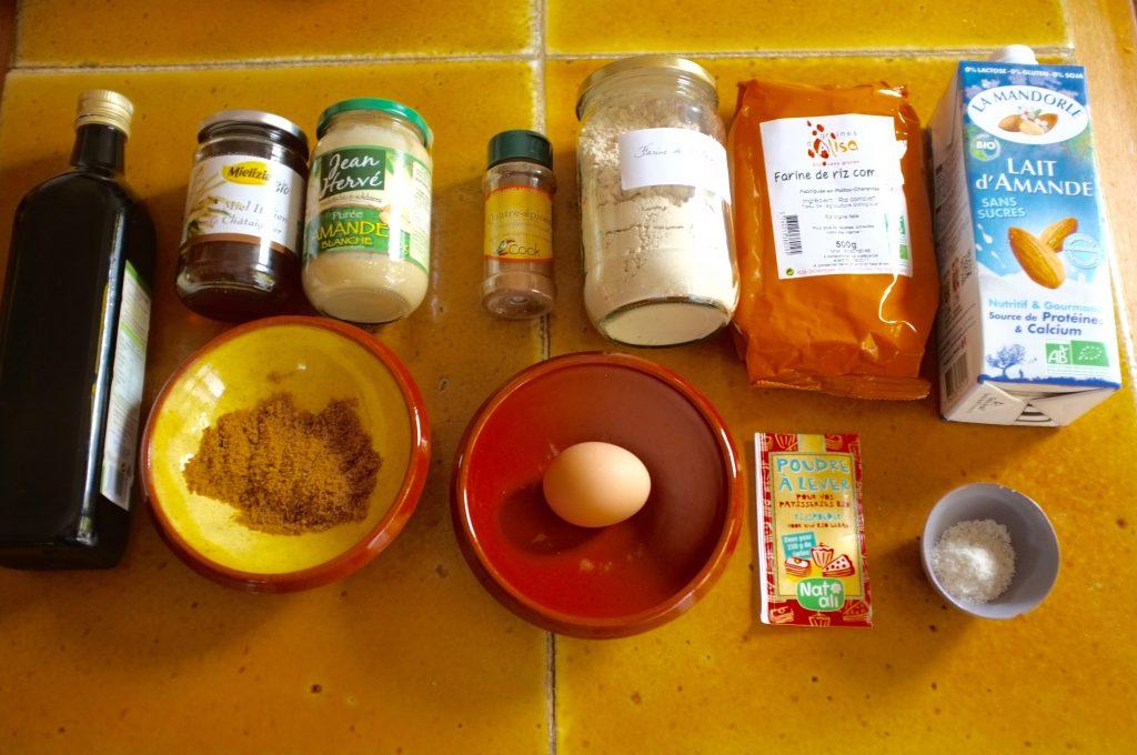 Les ingrédients sans gluten pour le pain d'épice à la farine de châtaigne .