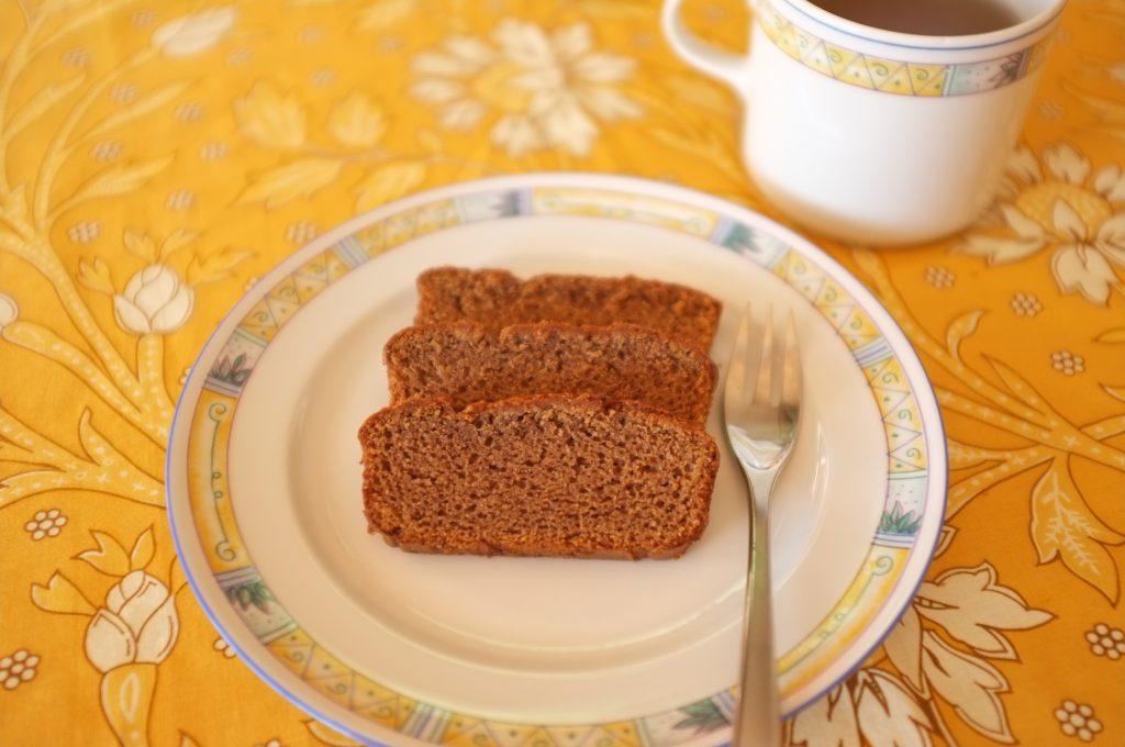 Les tranches moulleuses de pain d'épice sans gluten à la farine de châtaigne.