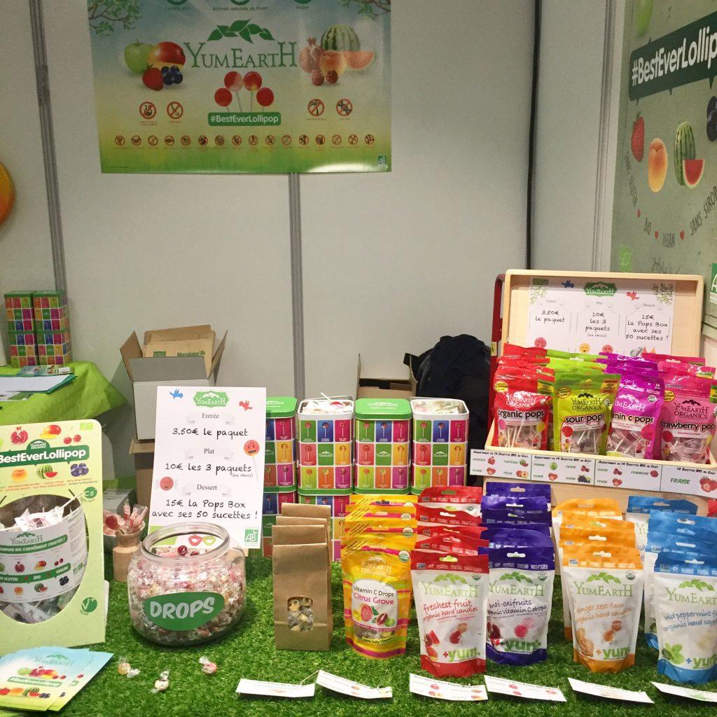 Le stand de YumEarth, avec les bonbons et sucettes Bio, sans gluten, pour les enfants et les adultes ( gimgembre et menthe)