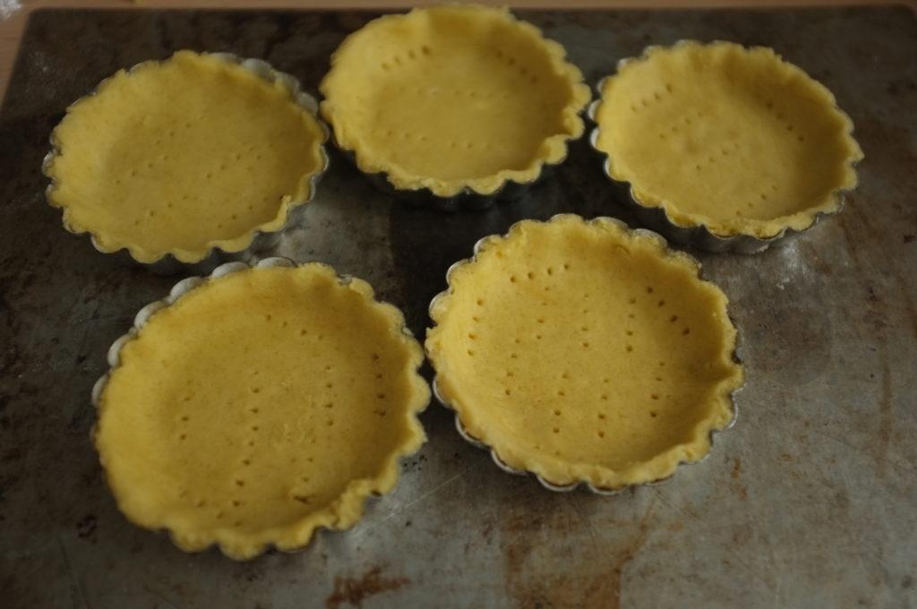 Les tartelettes sans gluten dans leur moule individuel avant d'être enfourné