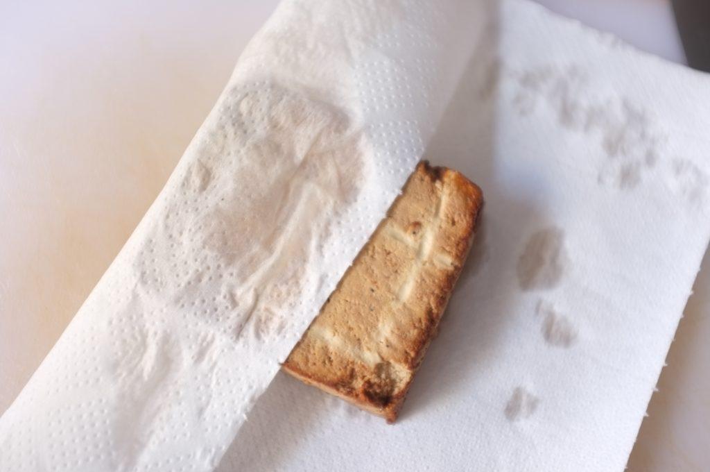 Bien sécher le tofu fumé avant de le cuisiner pour la soupe Pho vietnamienne sans gluten