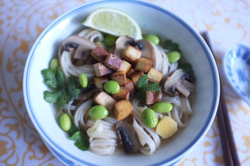 Sans gluten, ma soupe Pho vietnamienne. Nouilles de riz, tofu, champignon et edamames.