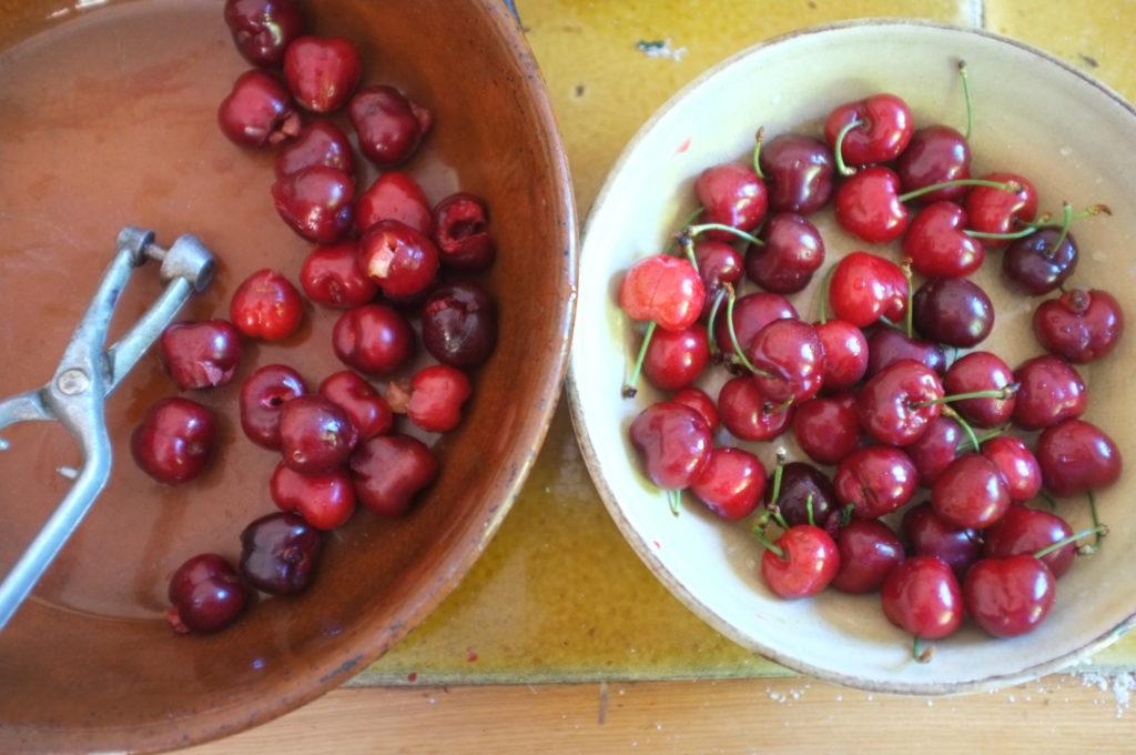 clafoutis sans gluten aux cerises et pépites de chocolat, mieux vaut dénoyauter les fruits si il y a des enfants ou des séniors