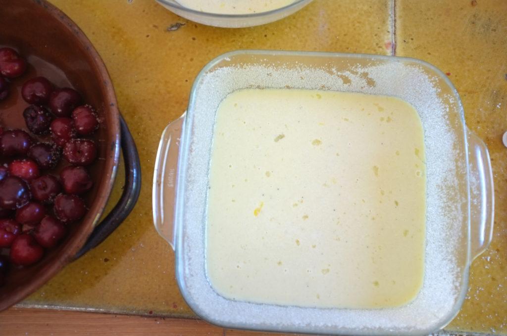 clafoutis sans gluten aux cerises et pépites de chocolat, le petit fond de pâte pour éviter que les fruits tombent au fond du plat