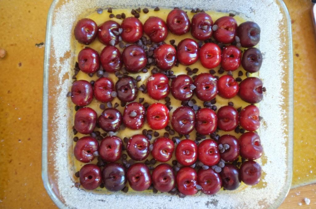 Clafoutis sans gluten aux cerises et pépites de chocolat: positionnement des fruits
