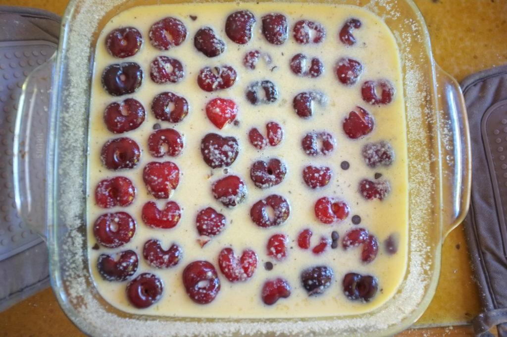 clafoutis sans gluten aux cerises et pépites de chocolat avant d'être enfourné